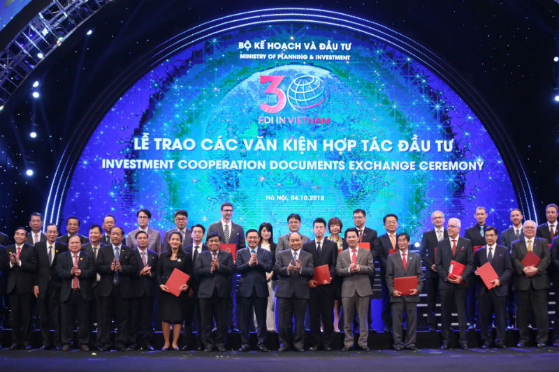 Handover of investment co-operation documents at the conference under the witness of Prime Minister Nguyen Xuan Phuc.